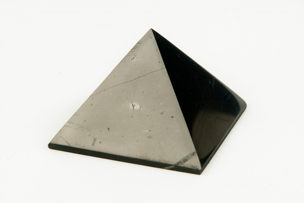 AWA centrum Šungitová pyramida 3 x 3cm , lesklá