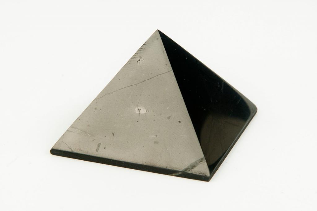 AWA centrum Šungitová pyramida 4 x4 cm leštěná